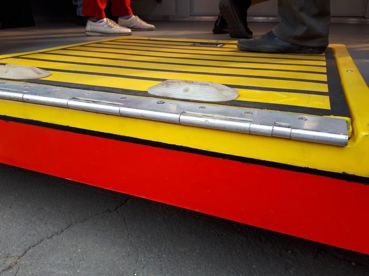 Пол посередине трамвая низкий. Но подъем можно облегчить также с помощью выдвижного пандуса-аппарели