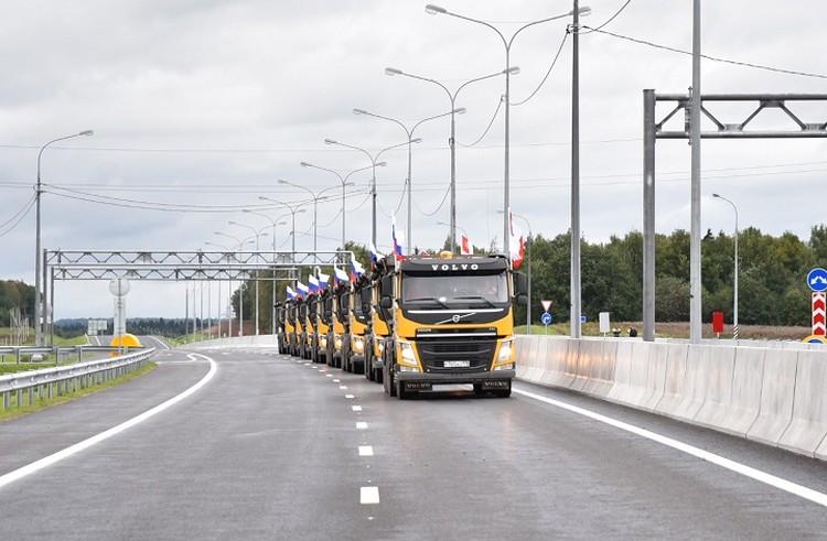 Первой по новому участку прошла колонна грузовиков.