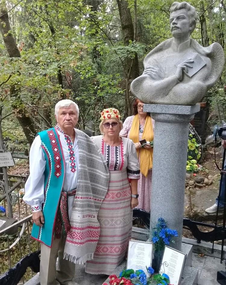 Лидер белорусского движения в Севастополе Валерий Казьянин у могилы Максима Богдановича (слева)