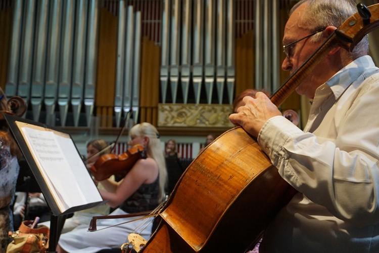Энергетика Чичериной, помноженная на мощь симфонического оркестра, творит настоящее чудо со зрителями.
