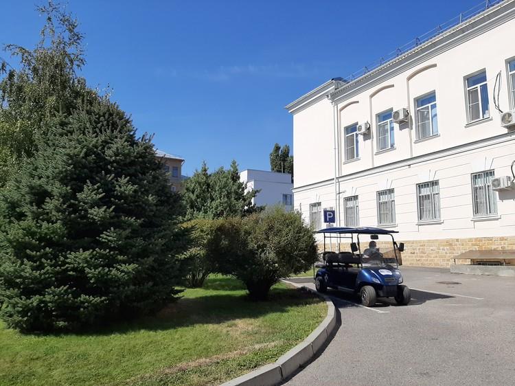 В поликлинике областной больницы заработал ЦАОП. Пациентов, которым тяжело идти, подвезут на гольфкаре.