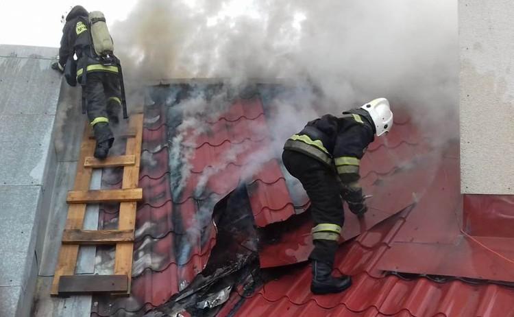 Загорелась кровля здания. Фото: ГУ МЧС по Свердловской области