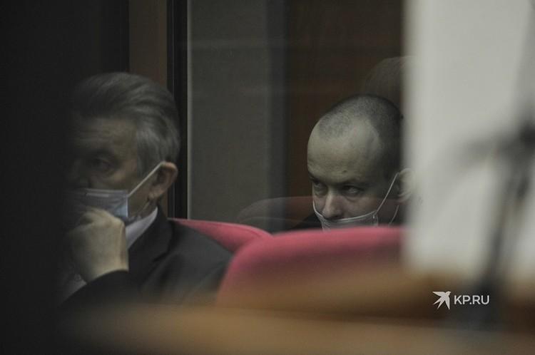 Александров немногословен, он даже не смог внятно ответить на вопросы своего же адвоката о событиях дня убийства