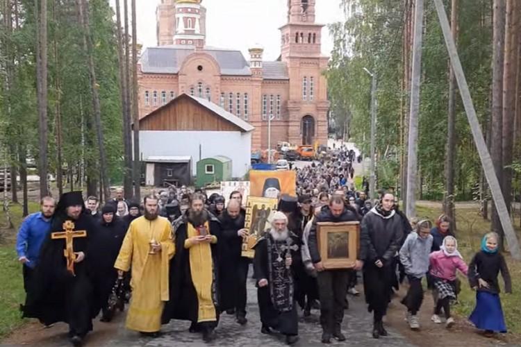 Несколько сотен послушников приняли участие в Крестном ходу. Фото: скриншот
