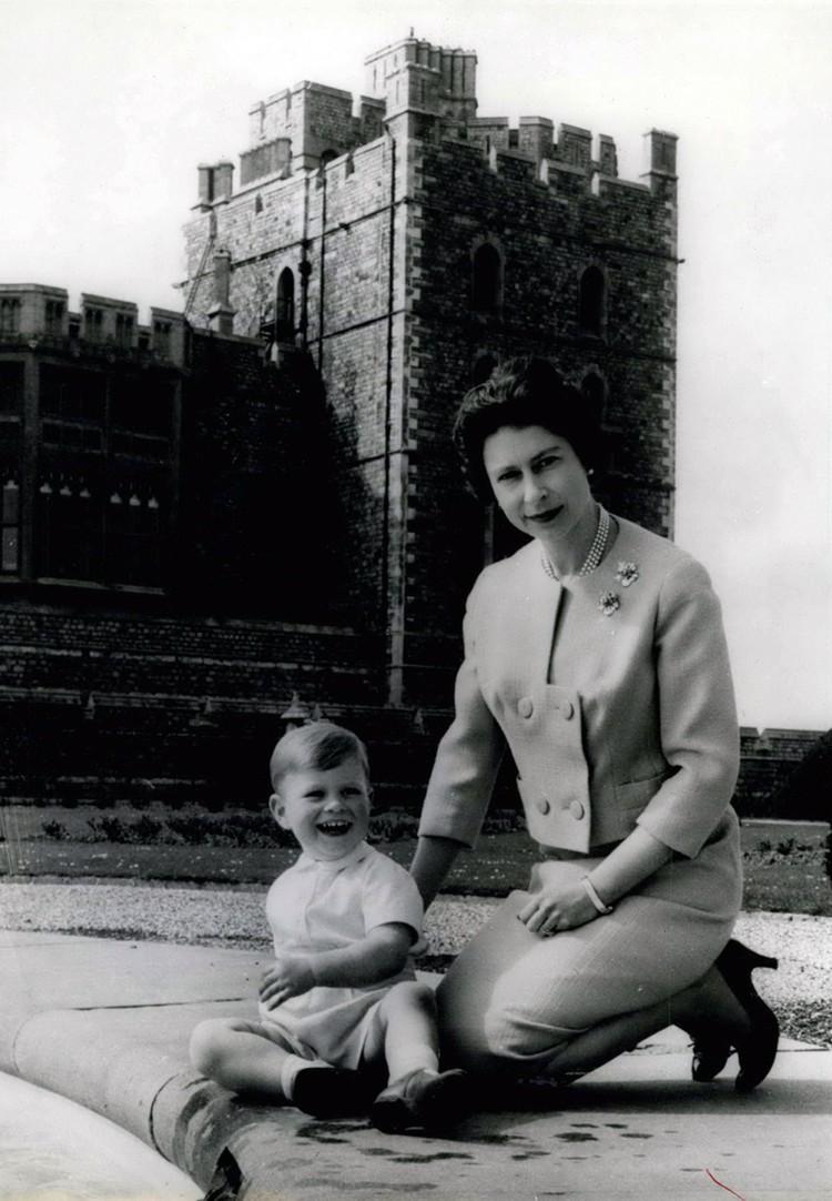 Эндрю стал любимым сыном самой королевы. Елизавета II уделяла ему больше времени, чем старшим детям