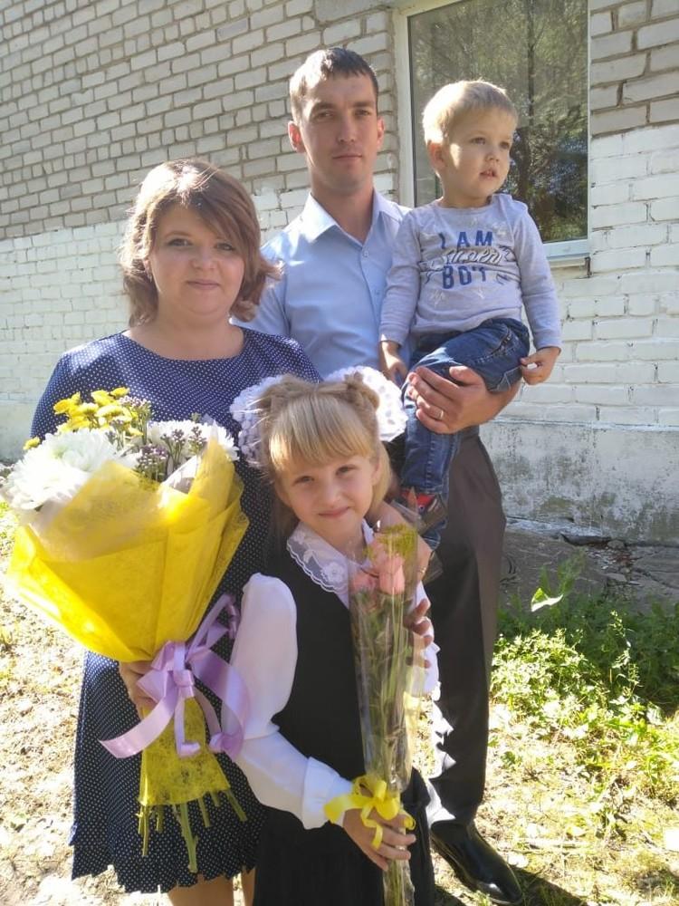 После выздоровление дома его ждут красавица-жена и трое детей.