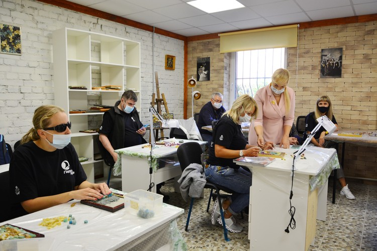 В мастерской «Академия янтаря» участникам фестиваля «Паруса духа» провели творческие мастер-классы.