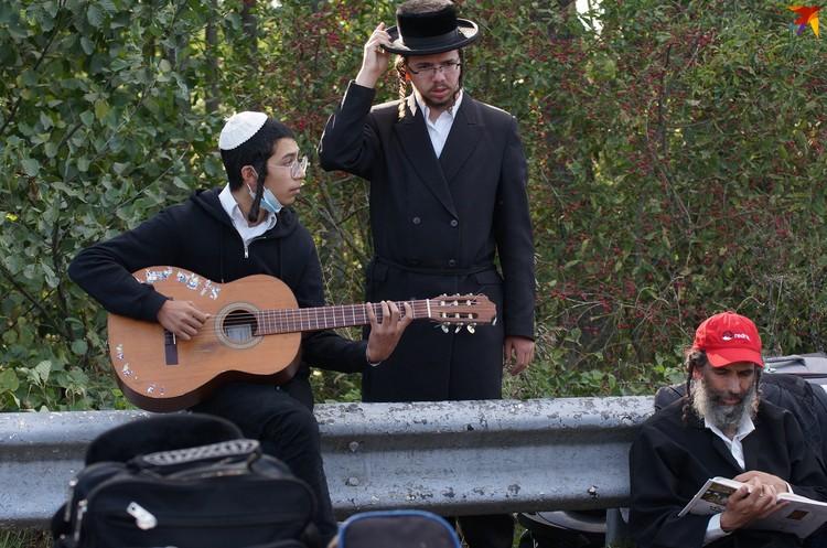 Игра на гитаре, изучение Торы - так коротают ожидание паломники