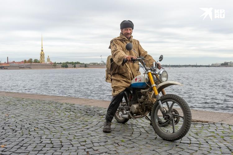 Сфотографироваться с Печкиным не прочь даже стражи порядка