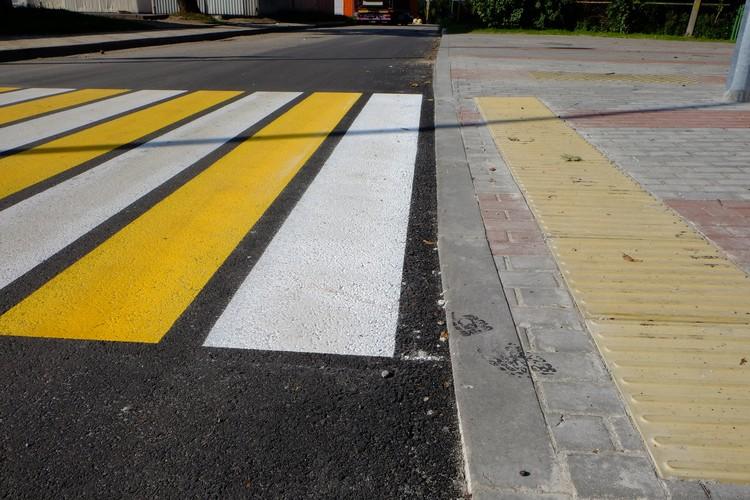 Пользователи реконструированной улицы должны оценить, что на пешеходных переходах тротуары опущены до уровня асфальта
