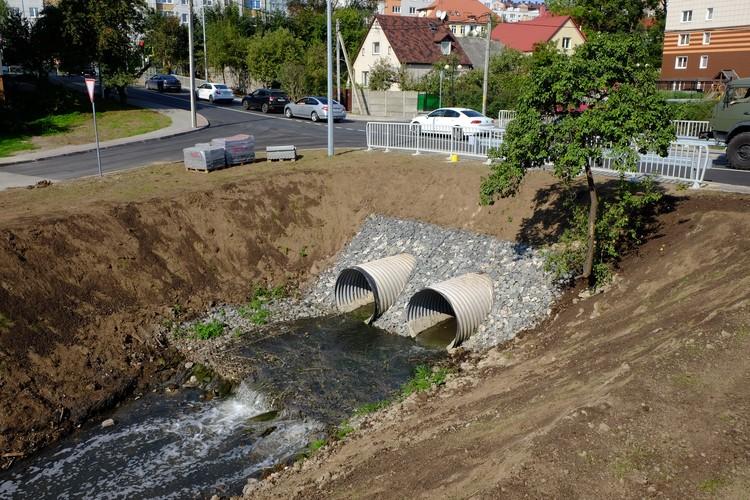 Так сейчас выглядит ручей Гагаринский в районе перекрестка улиц Дачной и Стрелецкой. С мостом было колоритнее.