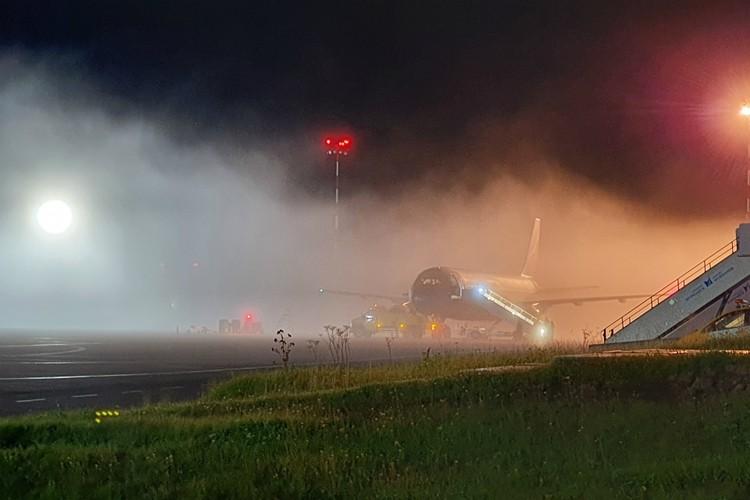 Воздушной гавани пришлось непросто из-за проделок тумана. Фото: Александр Незговоров