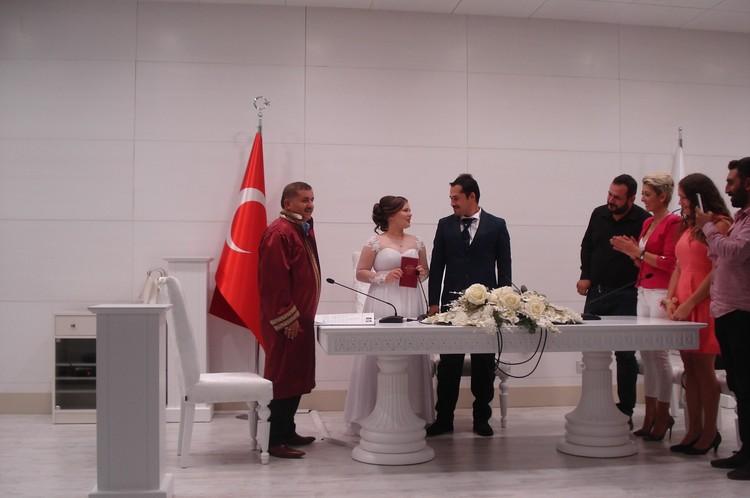 Регистратор в красивой мантии читает речь, спрашивает согласие на брак