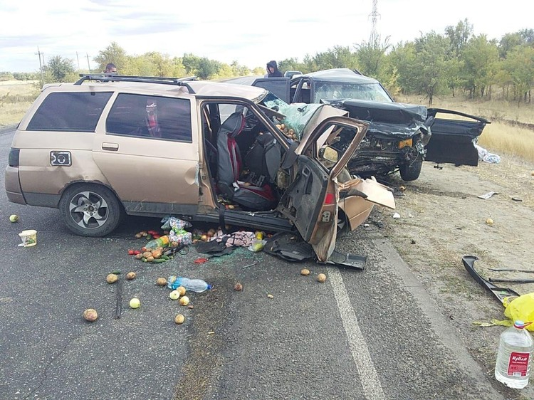 В «ВАЗ 2111» пострадали двое.