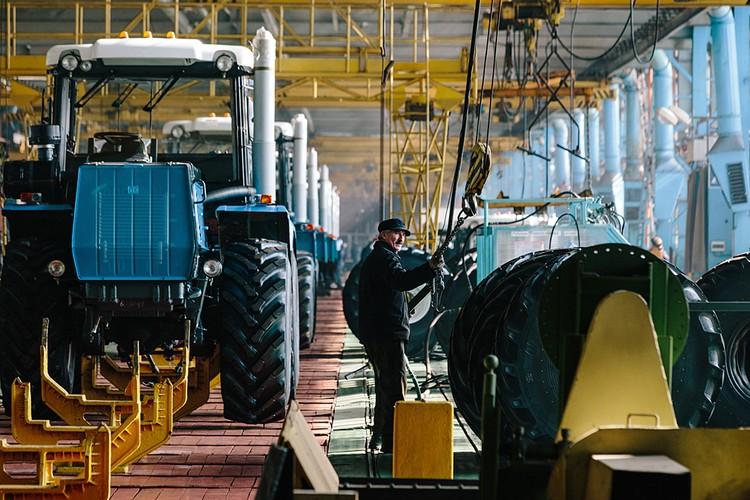 Харьковский тракторный завод был одним из самых крупных в СССР. Выпускал 100 тысяч тракторов в год. Сейчас на штучное производство перешли
