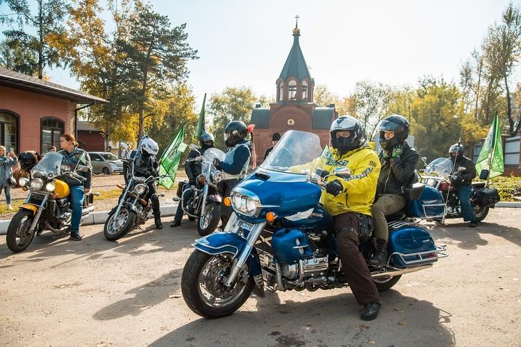 Каждый год байкеры приезжают в разные церкви Иркутска и района. Фото: Ксения ОСАДЧАЯ