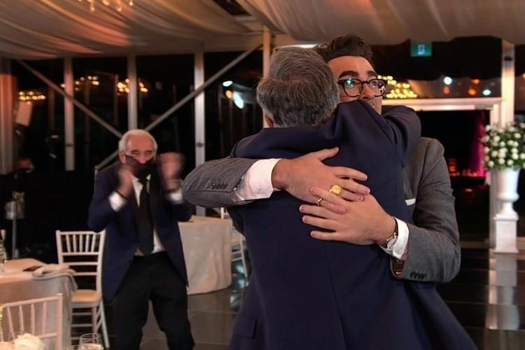 «Шиттс Крик», канадский ситком, созданный двумя актерами, отцом и сыном - Юджином и Дэниелом Леви, и стал главным триумфатором «Эмми»