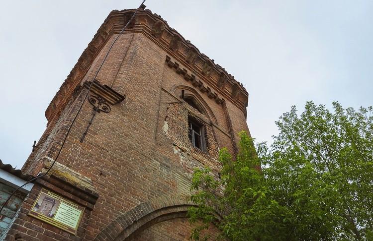 В 1907 году в Рождествено была возведена водонапорная башня, притом в необычном для этих мест псевдоготическом стиле. Фото: Алексей Авдейчев