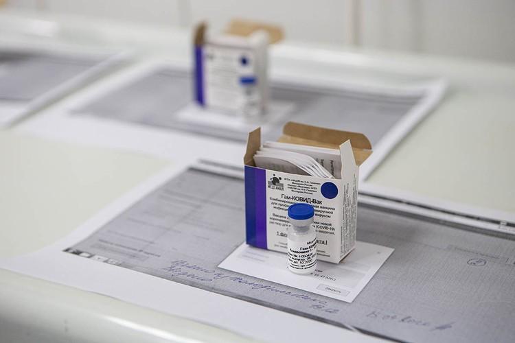 Прививку получат 40 тысяч добровольцев разного возраста и с большим разбросом по состоянию здоровья, вплоть до владельцев целого букета хронических заболеваний.