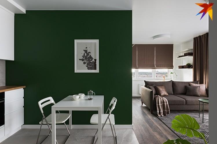 За зеленой стеной в гостиной прячется небольшая спальня. Фото: Егор ПЯСКОВСКИЙ