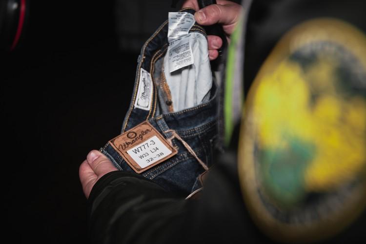 Эти джинсы выглядят подозрительно. Фото: Евгений Нектаркин