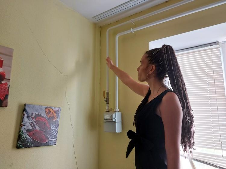 Сквозная трещина идет через стену между кухней и комнатой. Но куда больше беспокоит жильцов трещина по периметру внешней стены.