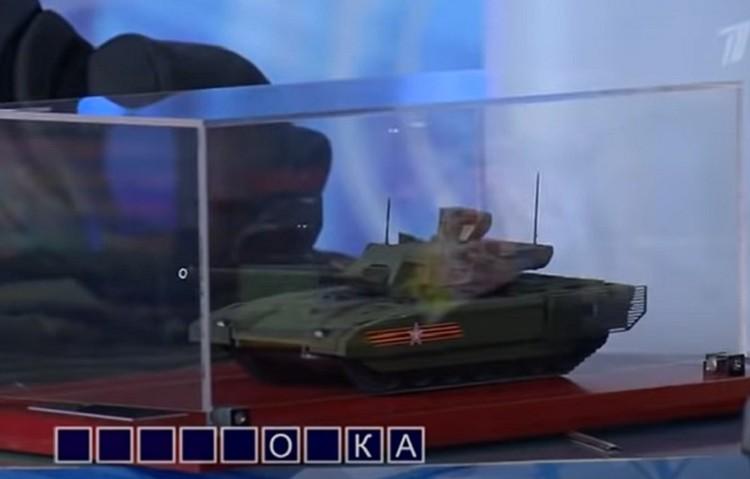 Ведущему шоу «Поле чудес» понравился подарок. Фото: скриншот эфира Первого канала