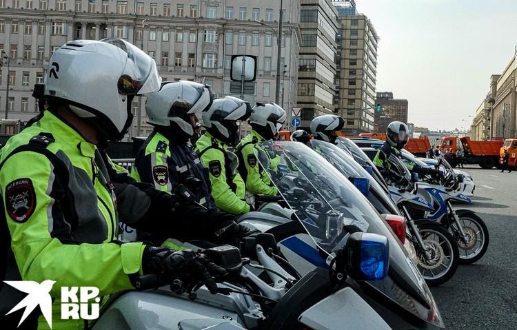 Мотоотряд московской полиции на осенний фестиваль приехали не развлечений ради. Полицейские на мотоциклах следили за порядком во время мотопробега. Фото: Михаил ПАНТЕЛЕЕВ