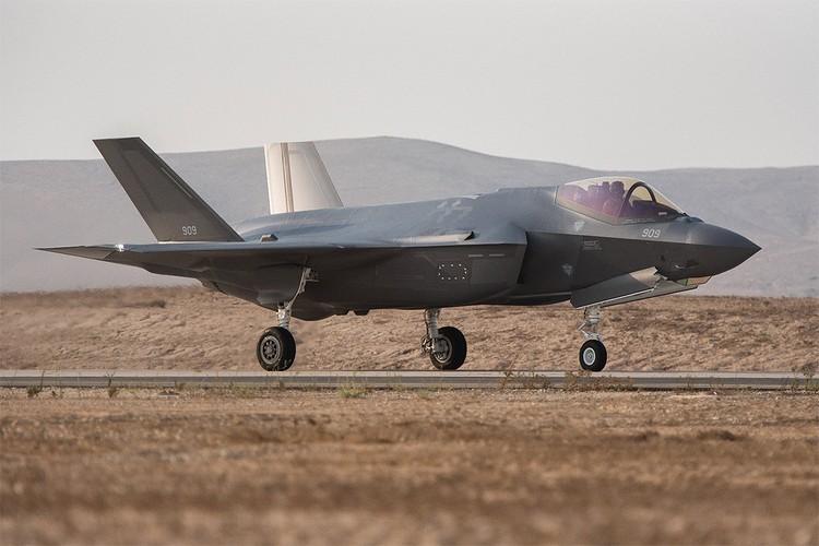 Американский истребитель-бомбардировщик пятого поколения F-35.