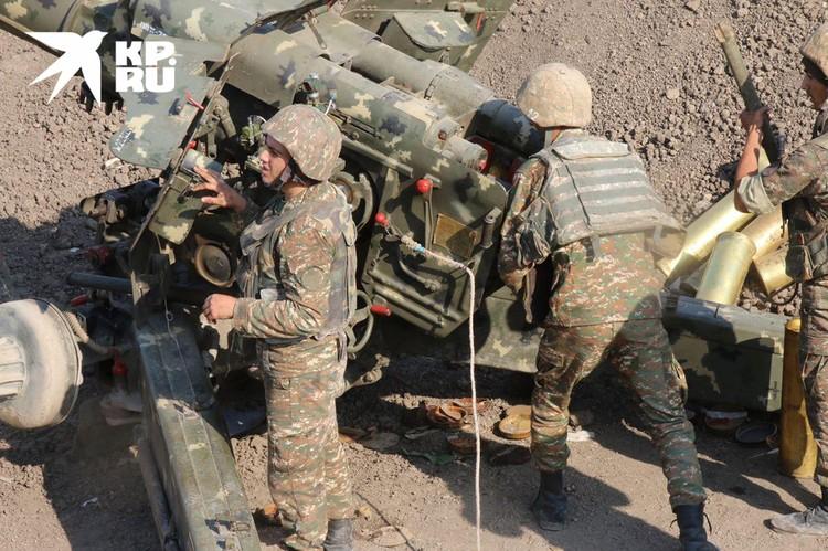 Карабахские артиллеристы ведут огонь из гаубиц Д-20.