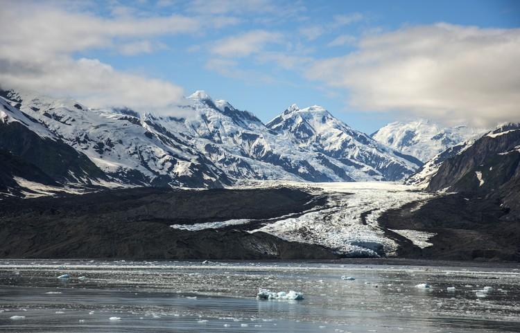 Во многих регионах Арктики наблюдается таяние льда от высоких аномальных температур.