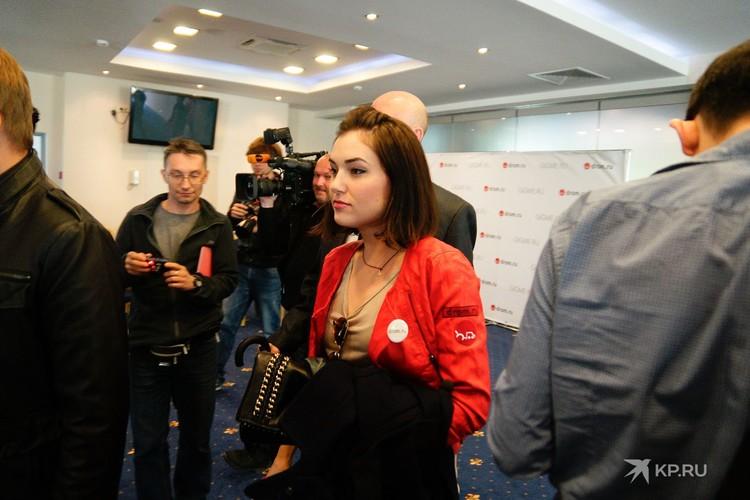 В рамках рекламной кампании Саша Грей должна была приехать в Екатеринбург на машине, но под Хабаровском та сломалась, поэтому актрисе пришлось лететь на самолете.
