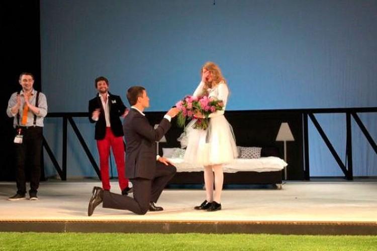 Петришин делает предложение руки и сердца Светлане Ходченковой после спектакля на сцене, на глазах у зрителей
