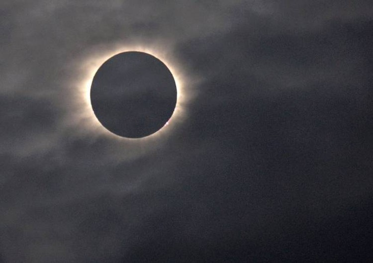 Во время затмений Луна точно прикрывает диск Солнца. Неспроста это.