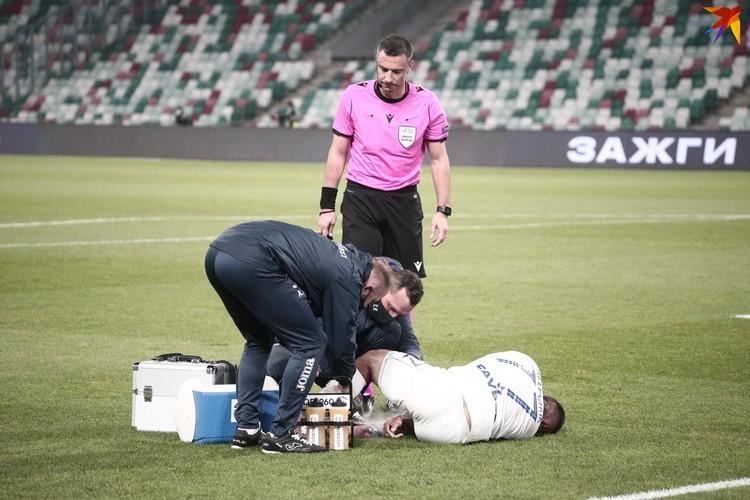 Медперсонал оказал помощь игроку из брестской команды.