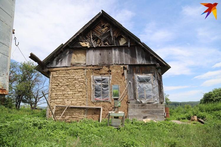 Дома в хуторе примерно все одинаковые - старые и покосившиеся