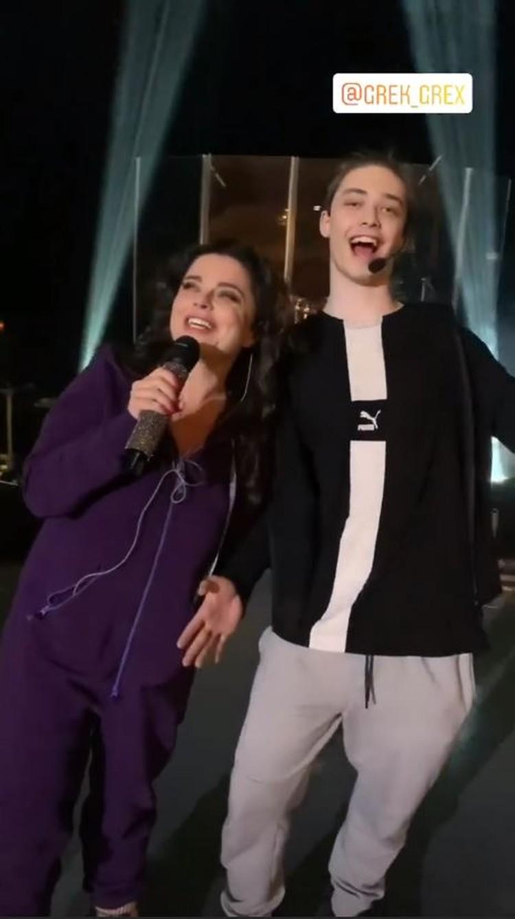 Наташа Королева теперь выступает на концертах вместе с сыном. Фото: кадр видео.