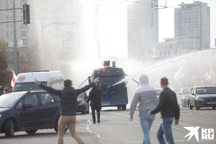 Оказалось, что померяться силами с ОМОНом демонстрантам интереснее.