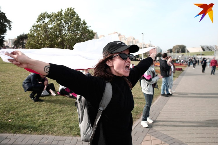 Участники акции протеста собрались в колонну у стелы.