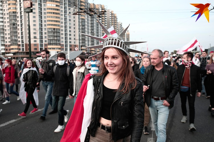 Колонна протестущих на проспекте Дзержинского.