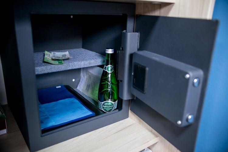 Предприниматели подарили центру сейф, где будут храниться лекарства. Пока тут лежат документы, минералка и 250 рублей - «бюджет» проекта.