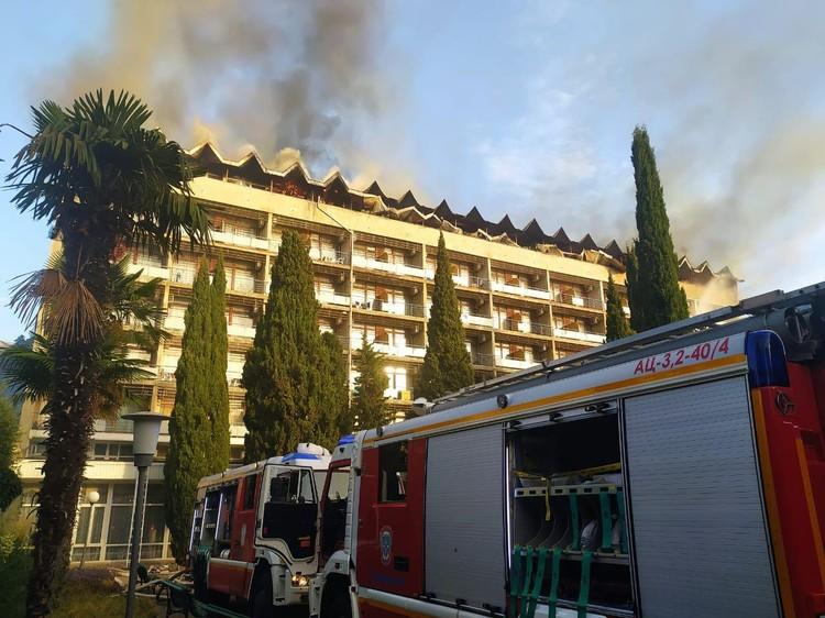 Здание смогли покинуть больше 300 человек. Фото: МЧС РФ