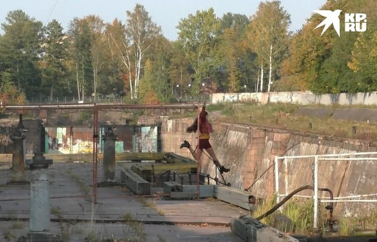 Зрелищная сцена - девушка прыгает с моста