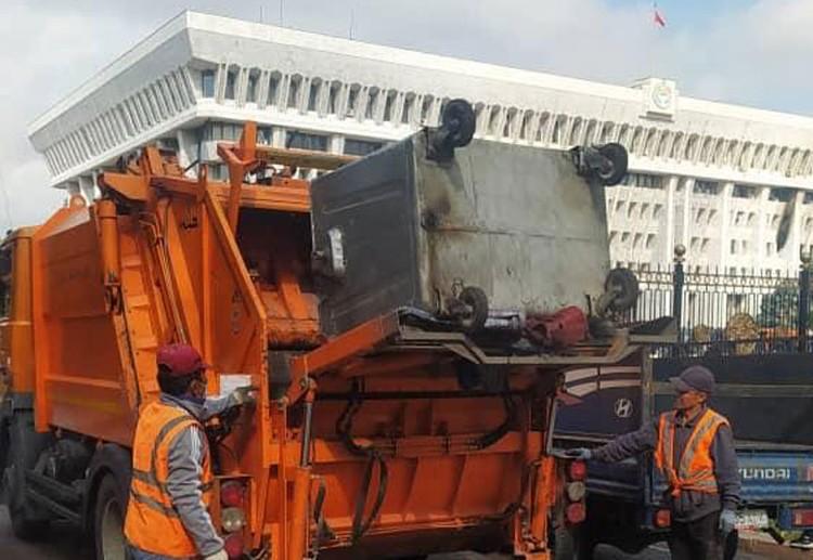 После протестов в Бишкеке 5 октября городские службы ранним утром вышли на уборку столицы.