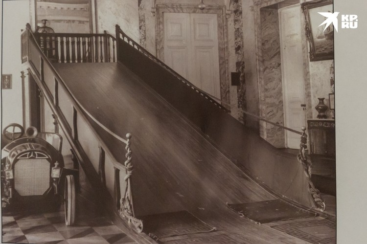 Горка, с которой любила кататься царская семья, стояла прямо во дворце