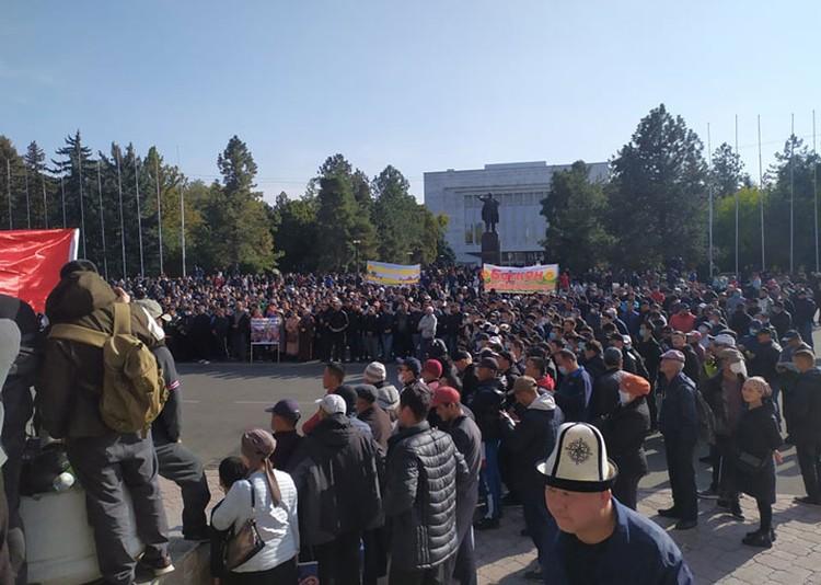 Сторонники Жапарова на Старой площади стоят четвертый день.