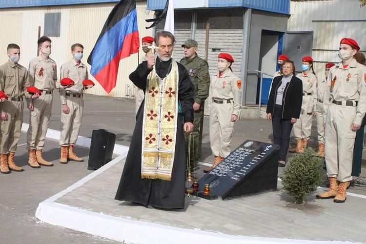 На окраине Донецка установили памятник погибшим ополченцам