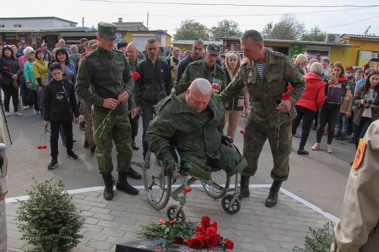 На открытие памятника пришли ветераны ополчения и действующие военнослужащие