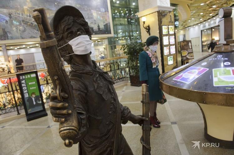 Специалисты не рекомендуют пренебрегать маской.