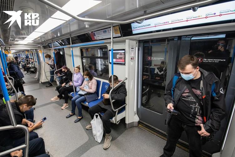 В вагоне многие в масках. Однако кадр сделан днем, когда поезда катаются полупустыми